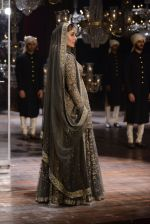Kareena Kapoor walk the ramp for Sabyasachi Show Grand Finale at Lakme Fashion Week 2016 on 28th Aug 2016 (186)_57c543a3aca69.JPG