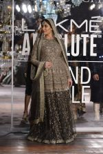 Kareena Kapoor walk the ramp for Sabyasachi Show Grand Finale at Lakme Fashion Week 2016 on 28th Aug 2016 (222)_57c5450ab0f70.JPG