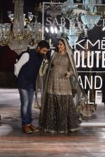 Kareena Kapoor walk the ramp for Sabyasachi Show Grand Finale at Lakme Fashion Week 2016 on 28th Aug 2016 (227)_57c545479f940.JPG
