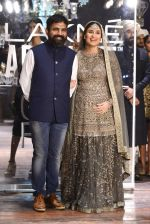 Kareena Kapoor walk the ramp for Sabyasachi Show Grand Finale at Lakme Fashion Week 2016 on 28th Aug 2016 (243)_57c5463fc18d9.JPG