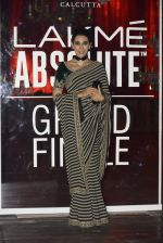 Karisma Kapoor at Sabyasachi Show Grand Finale at Lakme Fashion Week 2016 on 28th Aug 2016 (233)_57c5437de8cc5.JPG