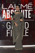 Karisma Kapoor at Sabyasachi Show Grand Finale at Lakme Fashion Week 2016 on 28th Aug 2016 (234)_57c5438a22c4f.JPG