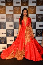 Karisma Kapoor walk the ramp for Saroj Jalan Show at Lakme Fashion Week 2016 on 28th Aug 2016  (71)_57c541ccd567e.JPG