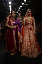 Radhika Apte walk the ramp for Saroj Jalan Show at Lakme Fashion Week 2016 on 28th Aug 2016  (89)_57c5433e4c683.JPG