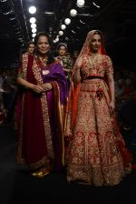 Radhika Apte walk the ramp for Saroj Jalan Show at Lakme Fashion Week 2016 on 28th Aug 2016  (90)_57c54347918c1.JPG