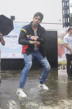 Sidharth Malhotra at iit powai for marathon on 29th Aug 2016 (21)_57c54ad5cb9b1.JPG