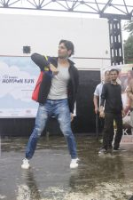 Sidharth Malhotra at iit powai for marathon on 29th Aug 2016 (9)_57c54a8e02409.JPG