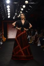 Sophie choudry walk the ramp for Sumona Parekh Show at Lakme Fashion Week 2016 on 28th Aug 2016 (41)_57c541083e577.JPG