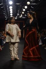 Sophie choudry walk the ramp for Sumona Parekh Show at Lakme Fashion Week 2016 on 28th Aug 2016 (45)_57c541213382a.JPG