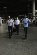Sunil Shetty, Dino Morea snapped at airport on 29th Aug 2016 (2)_57c549bdb20c0.JPG