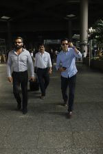 Sunil Shetty, Dino Morea snapped at airport on 29th Aug 2016 (3)_57c549833b036.JPG