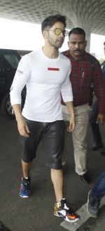 Varun Dhawan snapped at airport on 30th Aug 2016 (41)_57c55950ab7d2.JPG
