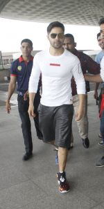 Varun Dhawan snapped at airport on 30th Aug 2016 (42)_57c55952368b7.JPG