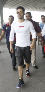 Varun Dhawan snapped at airport on 30th Aug 2016 (43)_57c55953e5659.JPG