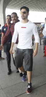 Varun Dhawan snapped at airport on 30th Aug 2016 (44)_57c55955a3806.JPG