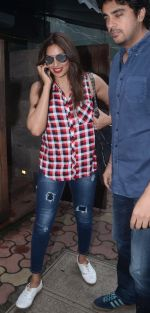 Bipasha Basu snapped in Mumbai on 31st Aug 2016 (8)_57c7d671dfc9a.JPG