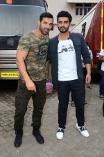 John Abraham, Arjun Kapoor snapped at Mehboob on 31st Aug 2016 (49)_57c7dc97ea096.JPG