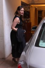 Kareena Kapoor snapped post lunch on 31st Aug 2016 (8)_57c7dacf161f5.JPG