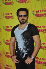 Emraan Hashmi with Raaz team at Radio Mirchi on 31st Aug 2016 (7)_57c91d9392d63.JPG