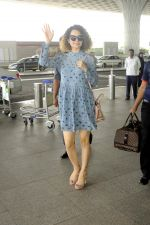 Kangana Ranaut snapped at airport on 1st Sept 2016 (6)_57c96e1826a29.JPG