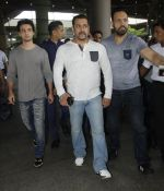 Salman Khan snapped on 2nd Sept 2016 (13)_57c99bdb70d68.JPG
