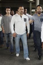 Salman Khan snapped on 2nd Sept 2016 (15)_57c99be32f98d.JPG