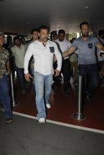 Salman Khan snapped on 2nd Sept 2016 (16)_57c99be63531e.JPG