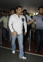 Salman Khan snapped on 2nd Sept 2016 (17)_57c99be8e87a7.JPG