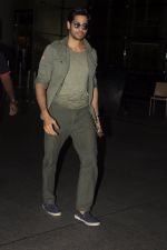 Sidharth Malhotra snapped at airport on 2nd Sept 2016 (13)_57ca791bd2c83.JPG