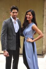Sidharth Malhotra and Katrina Kaif on the sets of Voice India Kids on 4th Sept 2016 (26)_57cd64454d59a.JPG