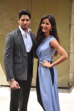Sidharth Malhotra and Katrina Kaif on the sets of Voice India Kids on 4th Sept 2016 (27)_57cd64257dffc.JPG
