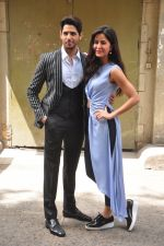 Sidharth Malhotra and Katrina Kaif on the sets of Voice India Kids on 4th Sept 2016 (37)_57cd643ceea50.JPG