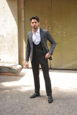 Sidharth Malhotra on the sets of Voice India Kids on 4th Sept 2016 (22)_57cd640566337.JPG