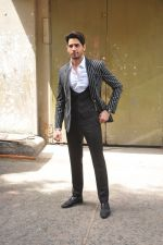 Sidharth Malhotra on the sets of Voice India Kids on 4th Sept 2016 (23)_57cd6406d6994.JPG