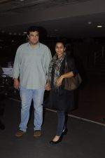 Vidya Balan, Sidharth Roy Kapoor snapped at airport on 4th Sept 2016 (5)_57cd62a5210fc.JPG