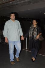 Vidya Balan, Sidharth Roy Kapoor snapped at airport on 4th Sept 2016 (7)_57cd62a5be8db.JPG