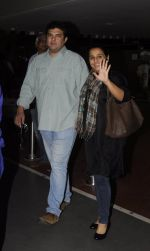 Vidya Balan, Sidharth Roy Kapoor snapped at airport on 4th Sept 2016 (4)_57cd62bcf0715.JPG