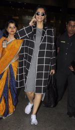 Sonam Kapoor snapped at airport on 5th Sept 2016 (11)_57ce6a71e0aac.JPG