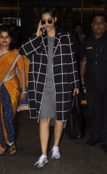 Sonam Kapoor snapped at airport on 5th Sept 2016 (12)_57ce6a739db56.JPG
