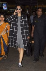 Sonam Kapoor snapped at airport on 5th Sept 2016 (13)_57ce6a7588a76.JPG
