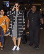 Sonam Kapoor snapped at airport on 5th Sept 2016 (14)_57ce6a775734e.JPG