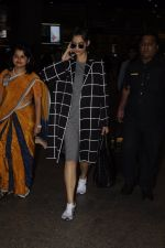 Sonam Kapoor snapped at airport on 5th Sept 2016 (16)_57ce6a7b30f33.JPG