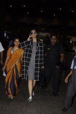Sonam Kapoor snapped at airport on 5th Sept 2016 (18)_57ce6a7e76d26.JPG