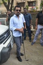 Nawazuddin Siddiqui promote their forthcoming film Freaky Ali by playing golf on the streets of Mumbai on 7th Sept 2016 (11)_57d10cd858c0c.JPG