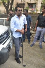 Nawazuddin Siddiqui promote their forthcoming film Freaky Ali by playing golf on the streets of Mumbai on 7th Sept 2016 (14)_57d10ce0d5087.JPG