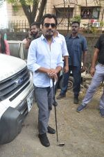 Nawazuddin Siddiqui promote their forthcoming film Freaky Ali by playing golf on the streets of Mumbai on 7th Sept 2016 (17)_57d10d0e1d1e8.JPG