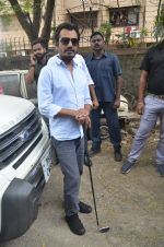 Nawazuddin Siddiqui promote their forthcoming film Freaky Ali by playing golf on the streets of Mumbai on 7th Sept 2016 (19)_57d10d11760cb.JPG