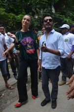 Nawazuddin Siddiqui, Amy Jackson promote their forthcoming film Freaky Ali by playing golf on the streets of Mumbai on 7th Sept 2016 (12)_57d10d65306df.JPG