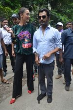 Nawazuddin Siddiqui, Amy Jackson promote their forthcoming film Freaky Ali by playing golf on the streets of Mumbai on 7th Sept 2016 (13)_57d10d6a5d633.JPG