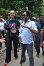Nawazuddin Siddiqui, Amy Jackson promote their forthcoming film Freaky Ali by playing golf on the streets of Mumbai on 7th Sept 2016 (14)_57d10d1daff63.JPG